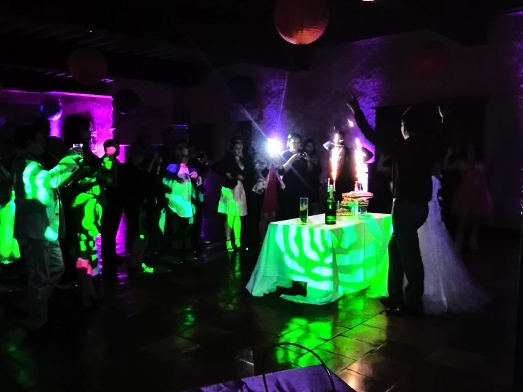 Célébration du mariage et arrivée du gâteau