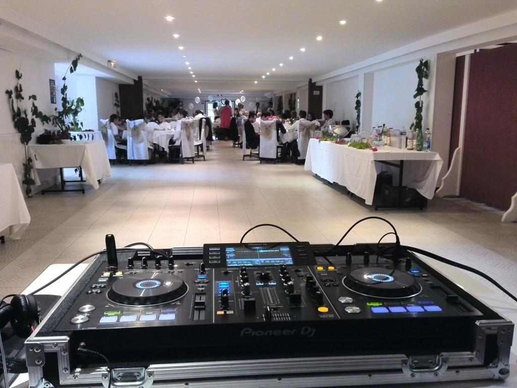 Repas d'anniversaire vu depuis le matériel DJ